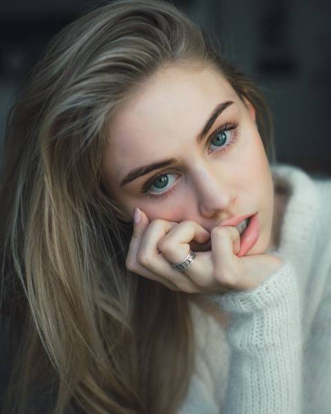 Brown hair girl tumblr blue eyes