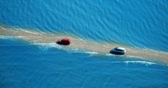 صور طريق يختفي مرتين في اليوم تحت البحر