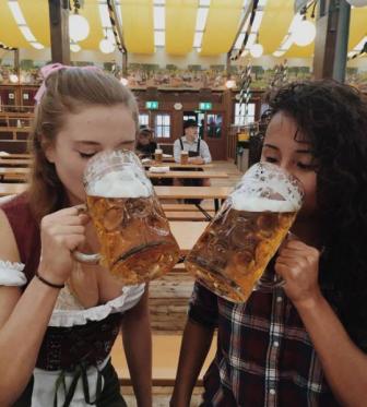 صور بنات المانيات جميلات في مهرجان الشرب