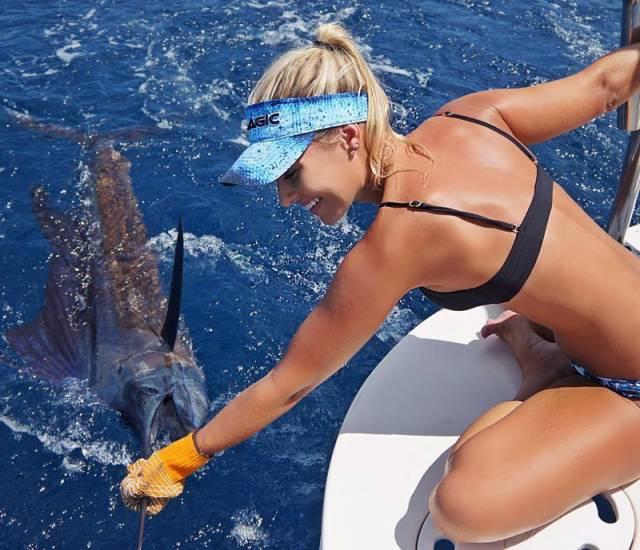 بنت جميلة تصطاد السمك
