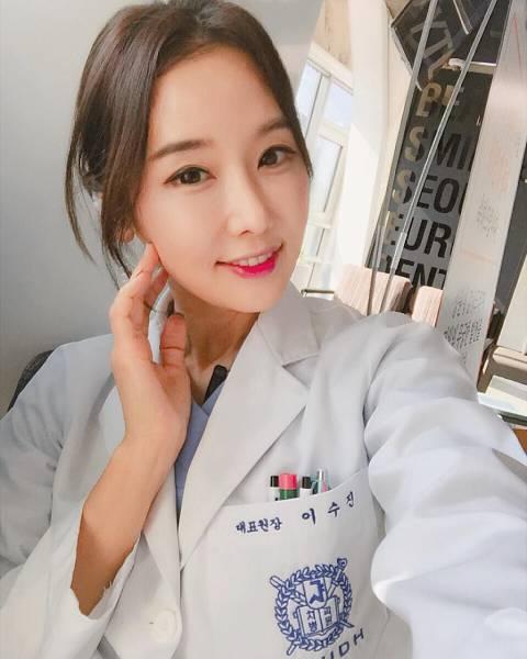طبيبة أسنان كورية عمرها 48 سنة