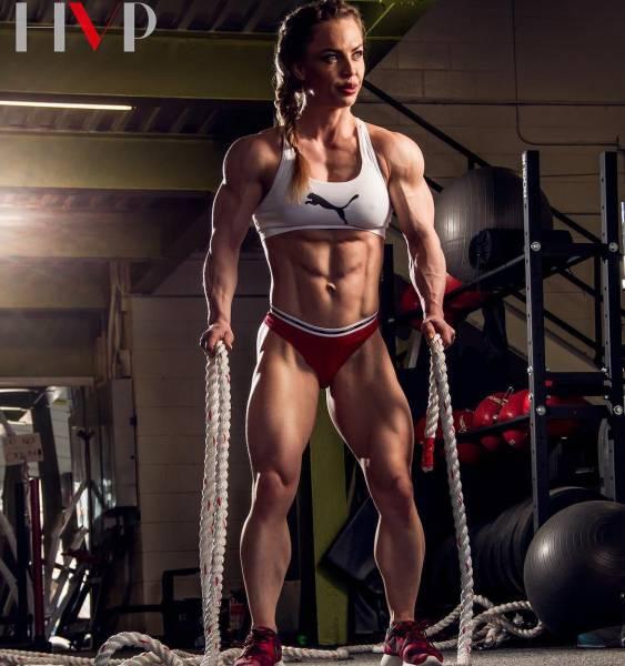 صور عضلات لاعبة كمال أجسام رائعة