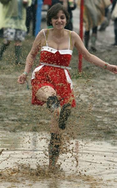 صور جميلة للعب بنات في الوحل