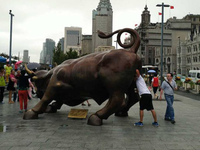 lustige Bilder lustige Menschen mit Statuen - lustige bilder