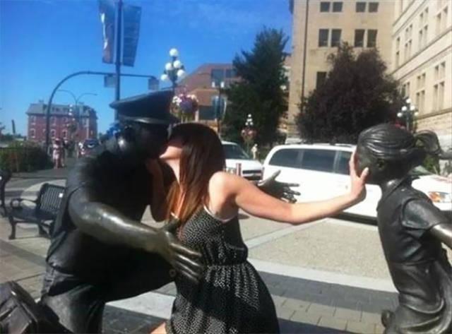 صور مضحكة لأشخاص مع تماثيل فى مواضع مضحكة