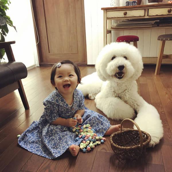 صور بنت عمرها سنة مع كلبها الكبير
