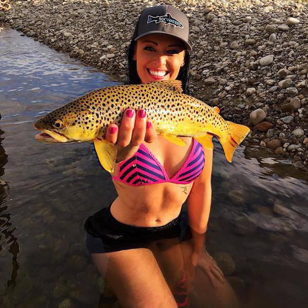 صور بنات جميلات يصطدن السمك