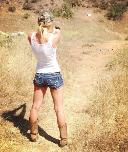 صور بنات جميلات مع اسلحة